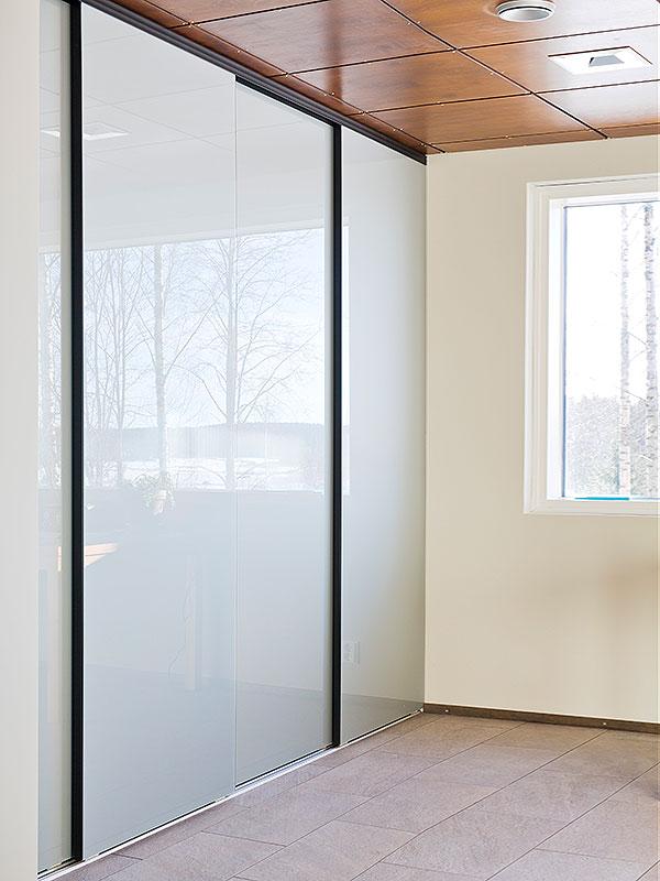 Kotimaiset SlimLux-peililiukuovet sopivat tilaan kuin tilaan